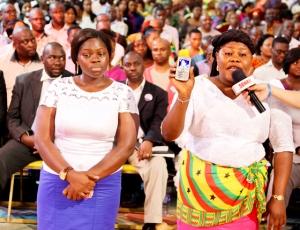 La Señorita Evelyn Mawuli Boni y su hermana