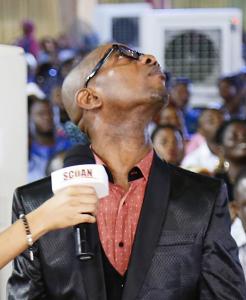 El señor Francis Ekene moviendo su cuello